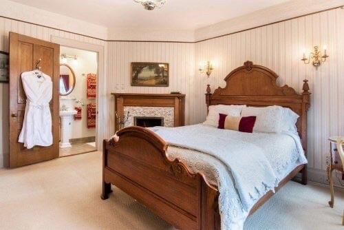 Crosby room at Lamplighter B&B