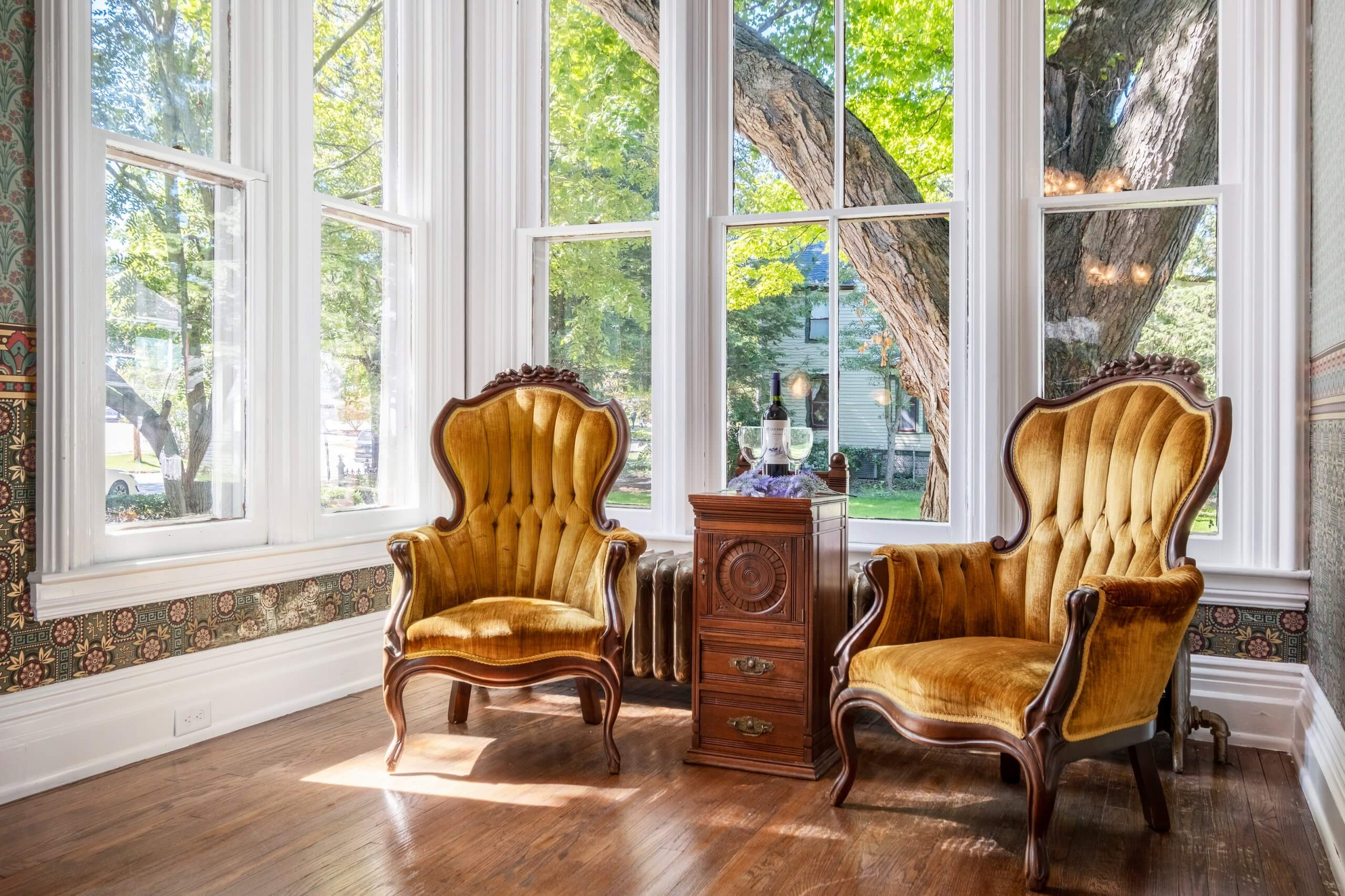 Jasper Suite alcove with two chairs