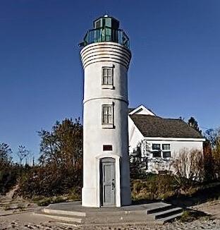 Robert H Manning Memorial light for article on B&Bs near Michigan lighthouses